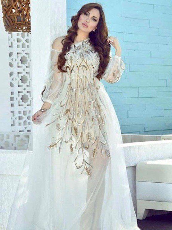72bd64d01 نادين نجيم اختارت فستان سهرة محتشمًا باللون الأبيض، تصميمه راقٍ جدًّا مع  أكمام طويلة وقصة منسدلة، ياقته على شكل حرف V لكن غير مبالغ بها، ولونه  الأبيض بدا ...