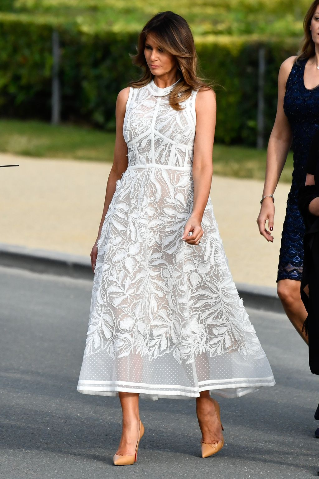 فستان باللون الأبيض