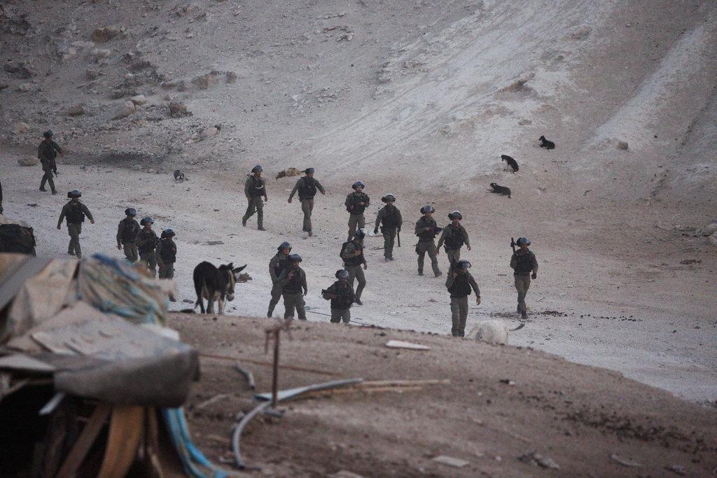 الاحتلال يغلق طرق فرعية مؤدية إلى الخان الأحمر