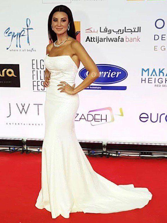 أروى جودا من في فستان أبيض براق: