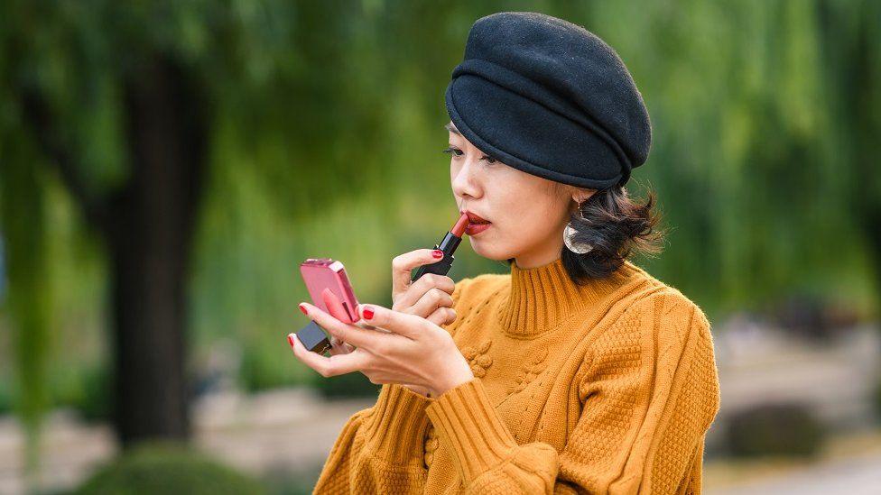 شابة صينية تضع مساحيق التجميل