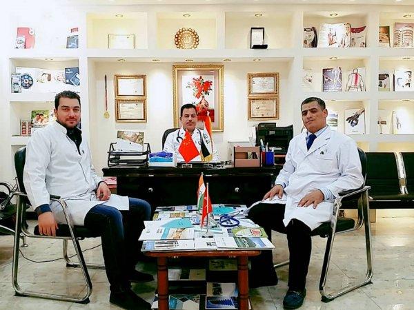 الدكتور حسن خلال لقائه الأطباء العراقيين