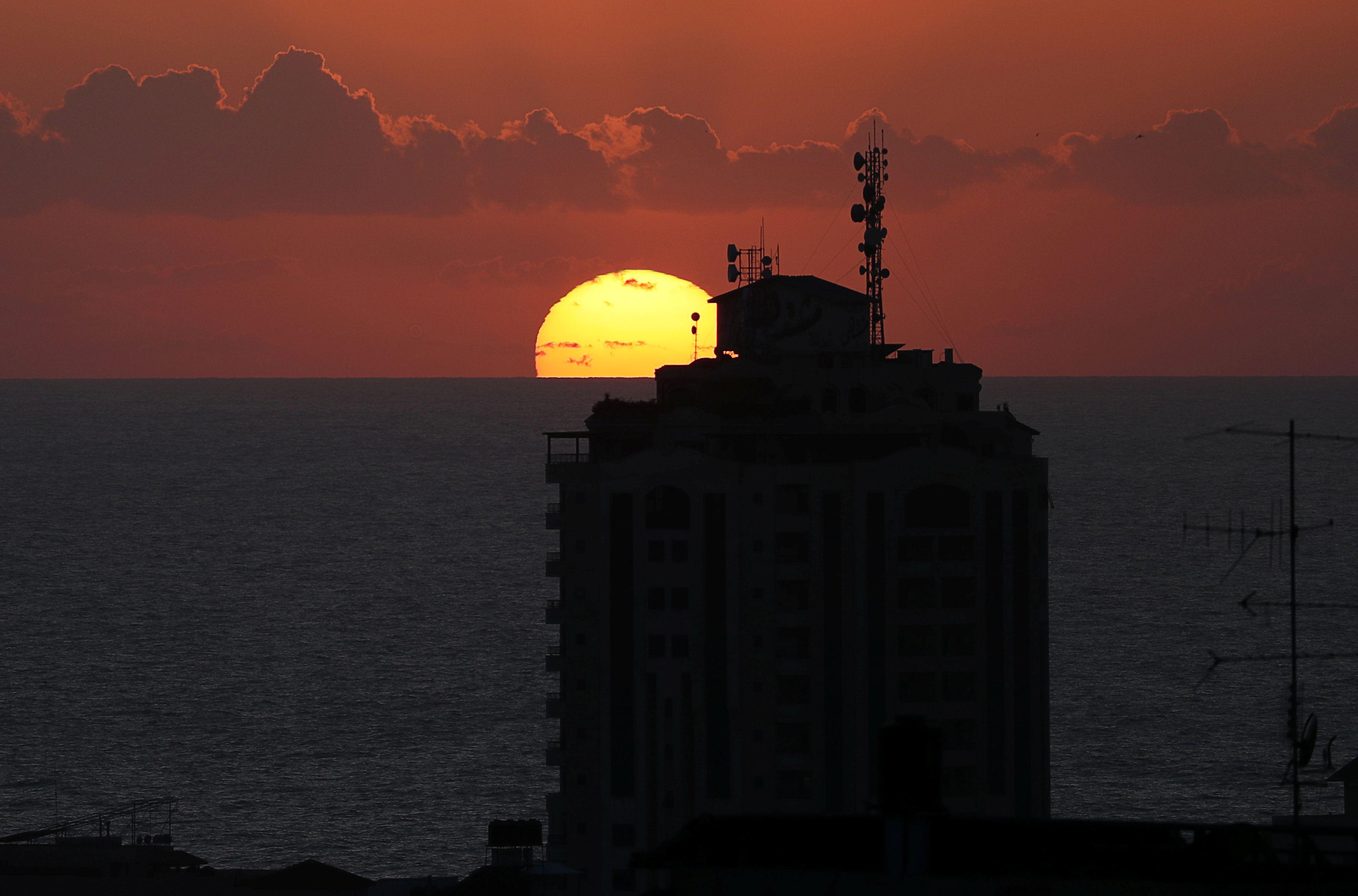 القصف الإسرائيلى مع غروب الشمس