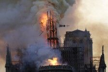 حريق كاتدرائية نوتردام يثير صدمة في فرنسا والغرب