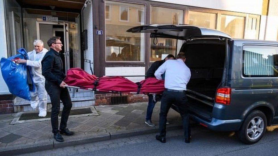 الشرطة تنقل الجثث