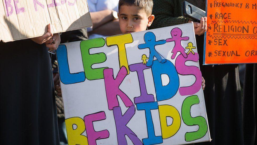 أرسل آباءٌ مسيحيون خطابات رافضة كذلك إلى مدارس في منطقة كِنت