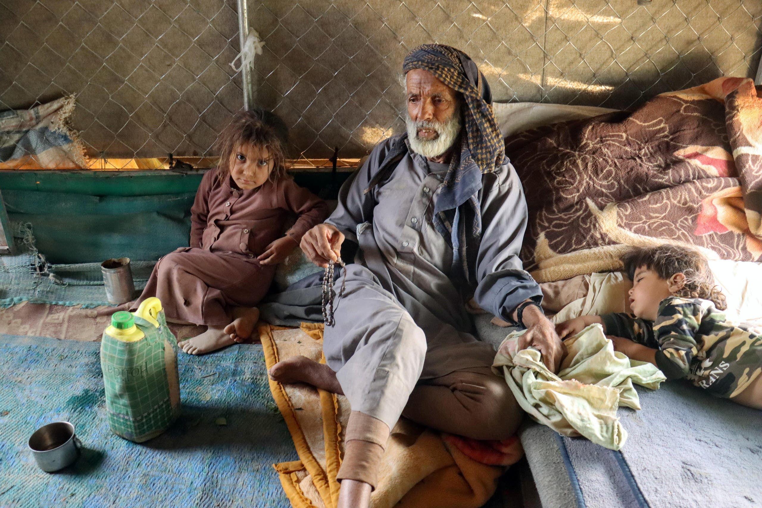 مسن وطفل نازحين في مأرب بسبب الهجوم الحوثي