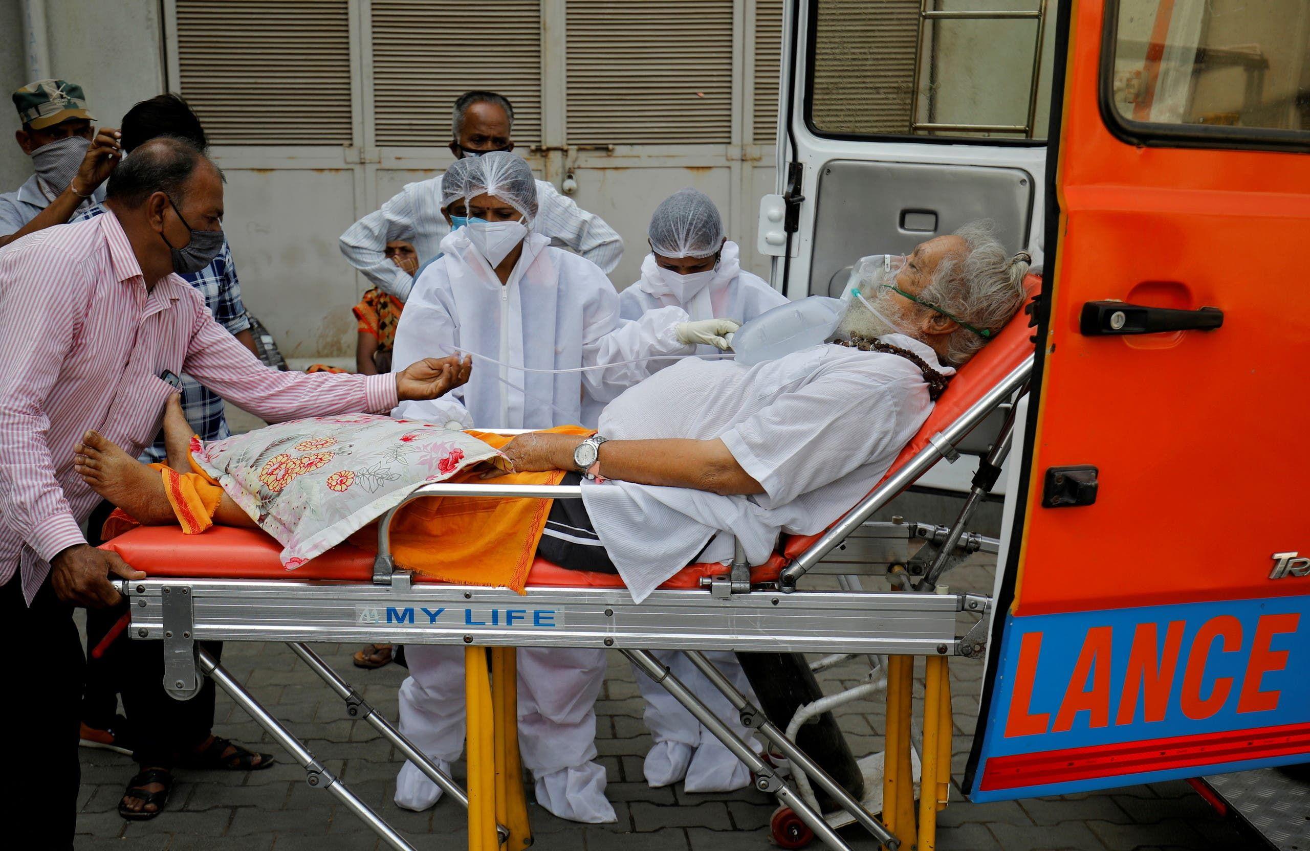 نقل رجل مصاب بكورونا إلى المستشفى في أحمدأباد