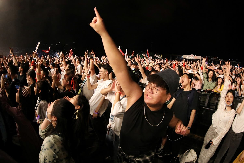 مئات الصينيين يتجمعون في حفل غنائي في عطلة عيد العمال