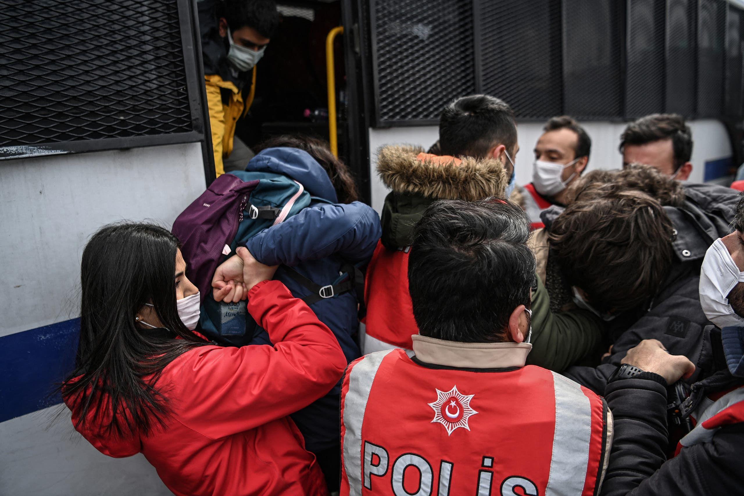 الأمن التركي يعتقل متظاهرين في إسطنبول في مارس الماضي خلال تظاهرة ضد تعيين عميد جامعة مقرب من أردوغان
