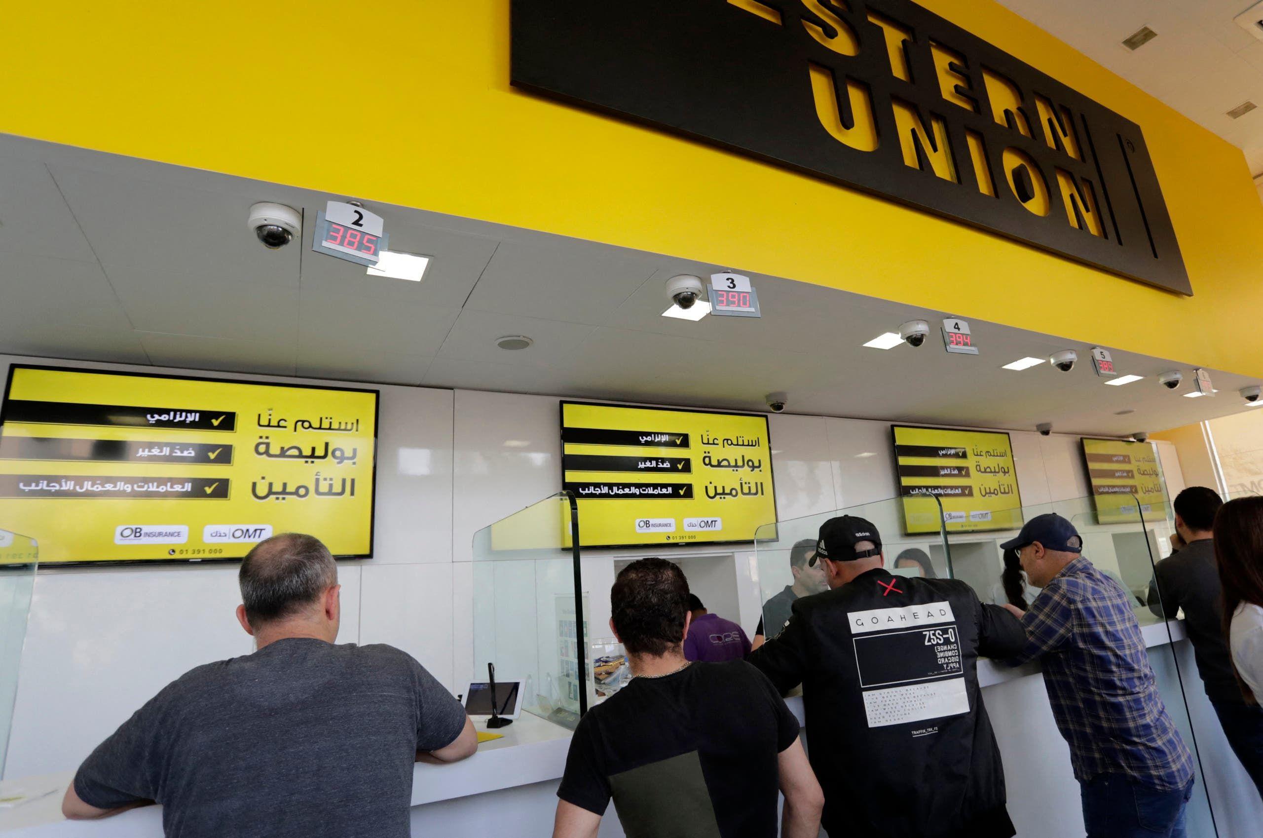 مزود خدمة تحويل الأموال في بيروت (أرشيفية من فرانس برس)