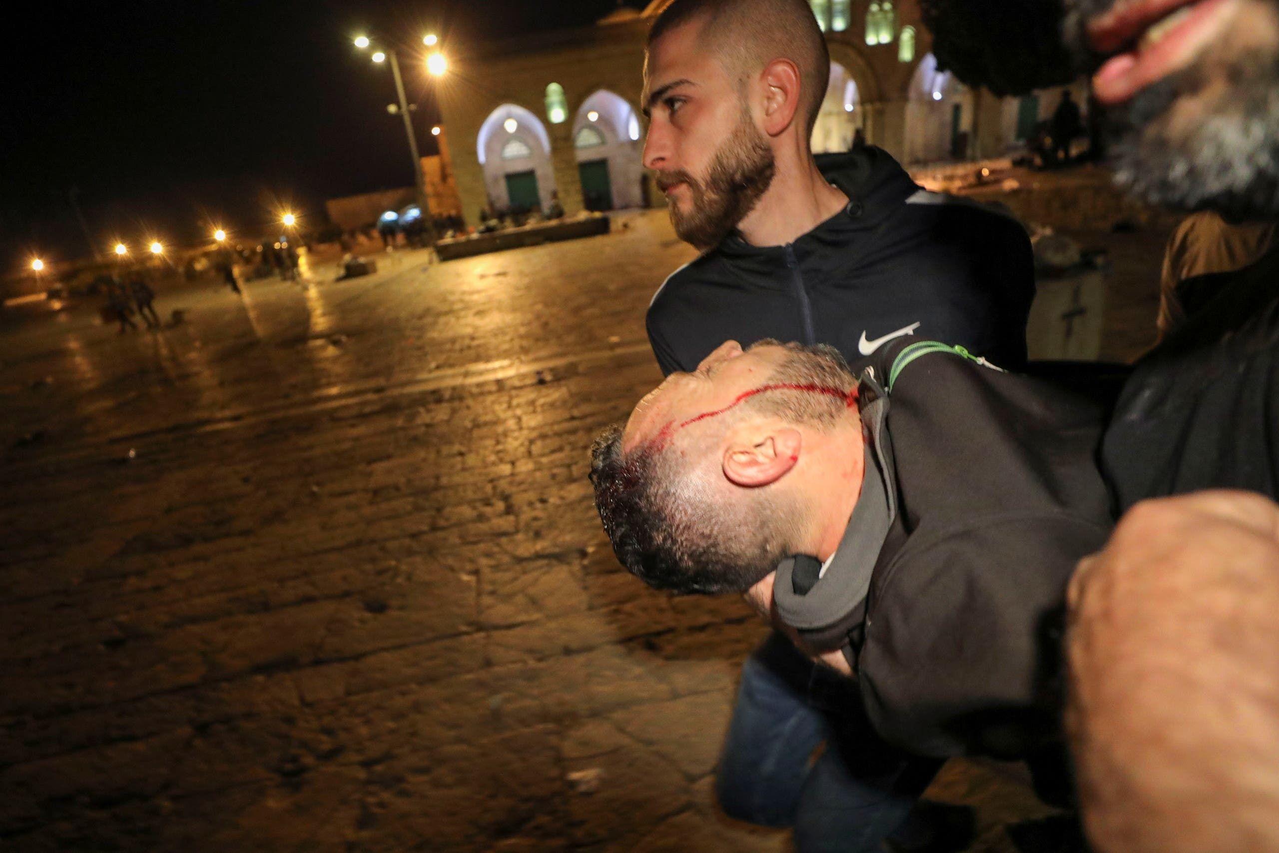 نقل أحد جرحى مواجهات القدس