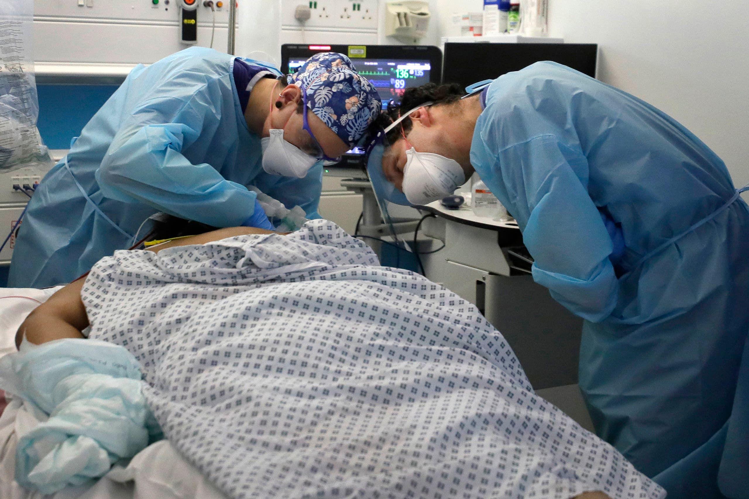 مصاب بكورونا في إحدى غرف العناية الفائقة في لندن
