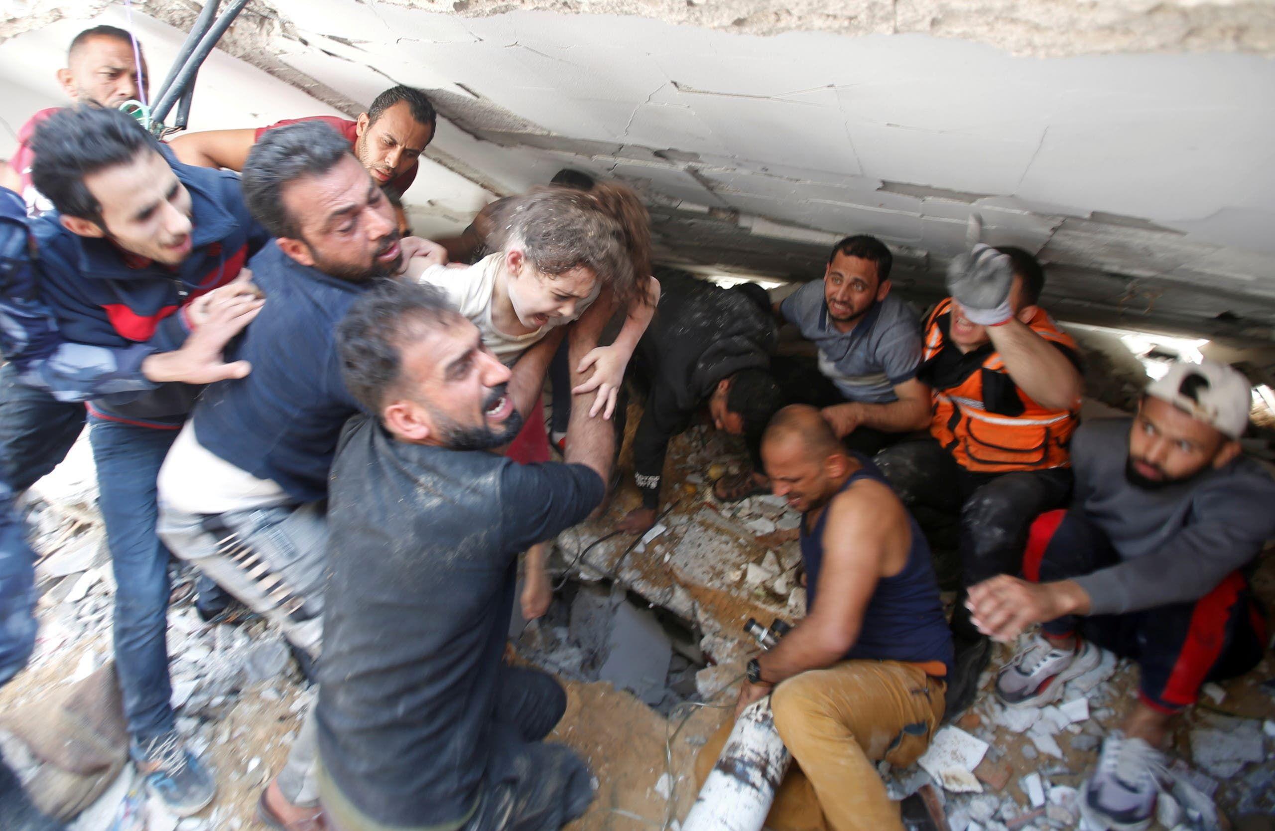البحثن عن ناجين تحت انقاض المباني المدمرة في غزة
