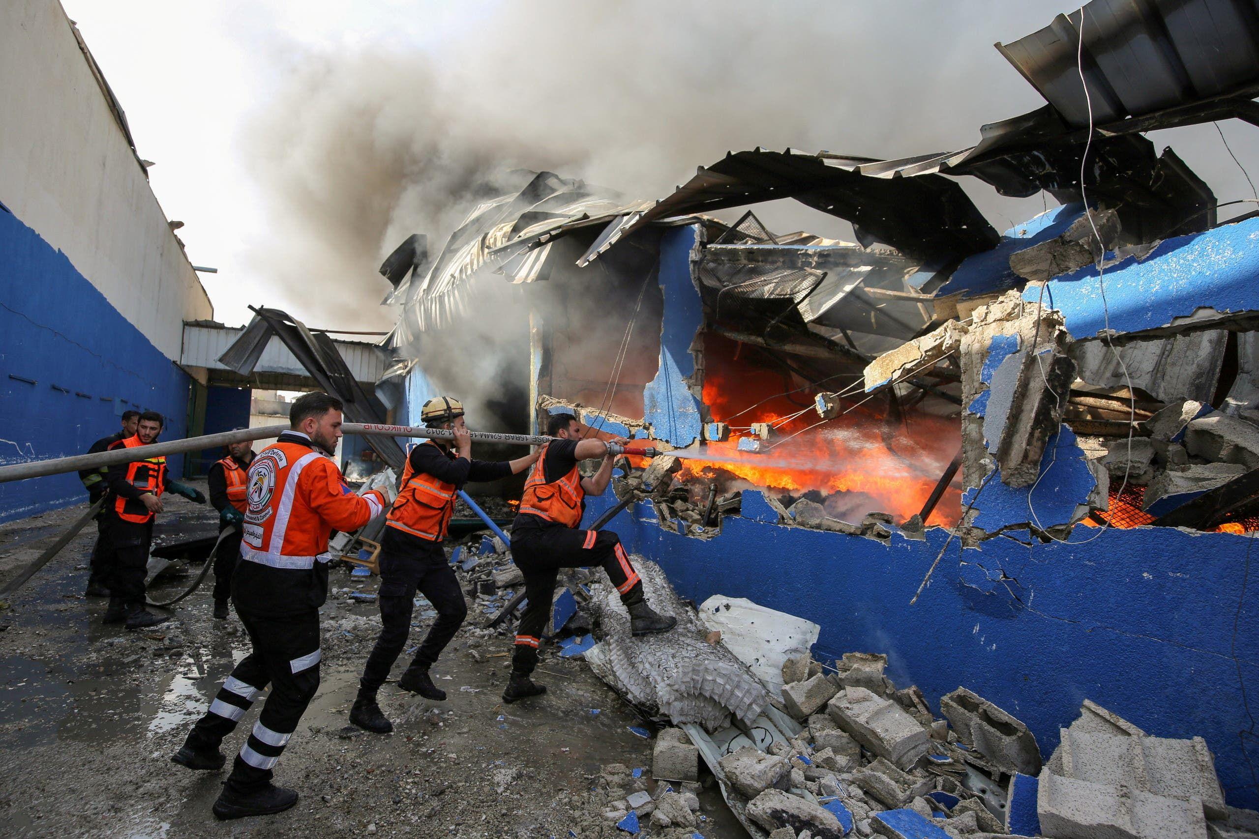 حريق في مصنع إسفنج فلسطيني شمال غزة من جراء قصف مدفعي إسرائيلي
