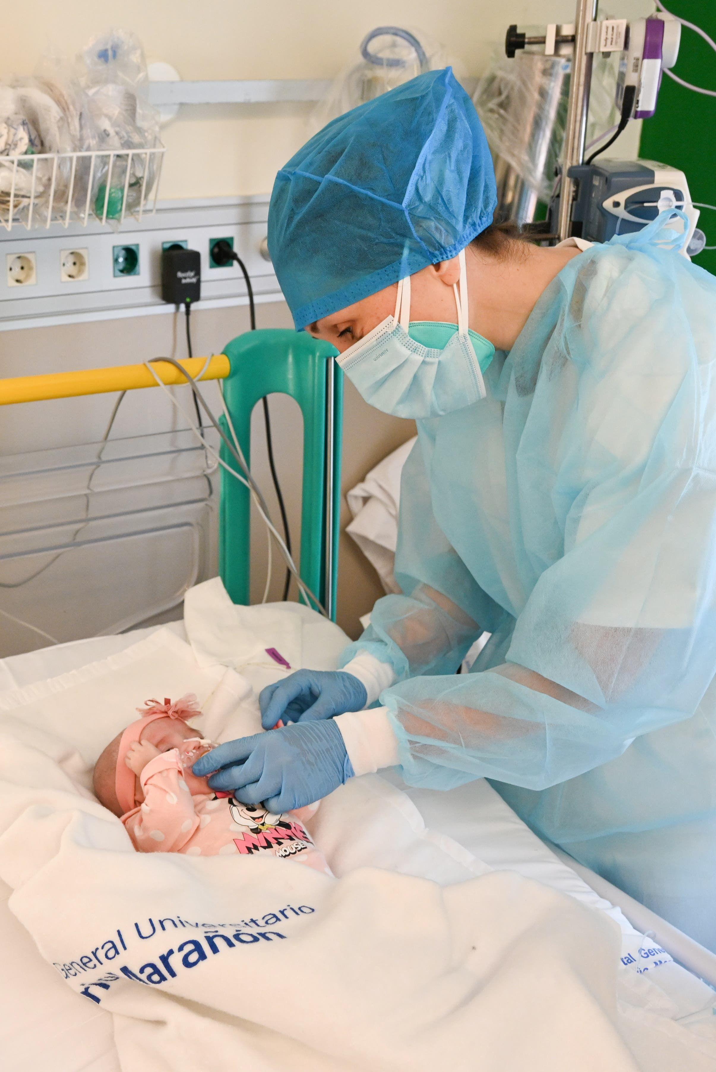 الطفلة نايارا في المستشفى