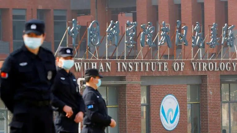 رجال أمن خارج مركز ووهان (رويترز)