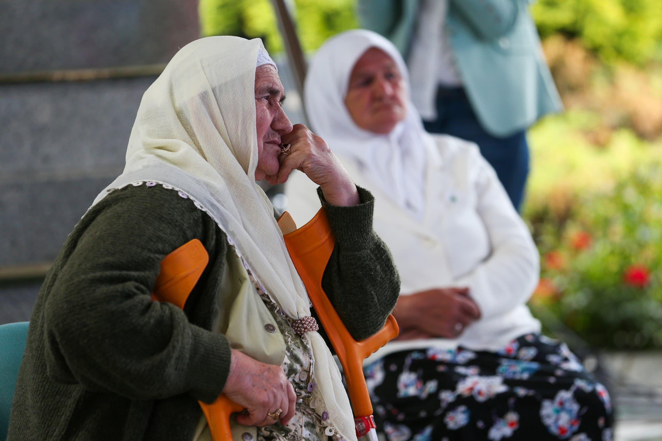 نساء من الناجين من مجزرة سربرينيتسا يسمعون النطق بالحكم على ملاديتش