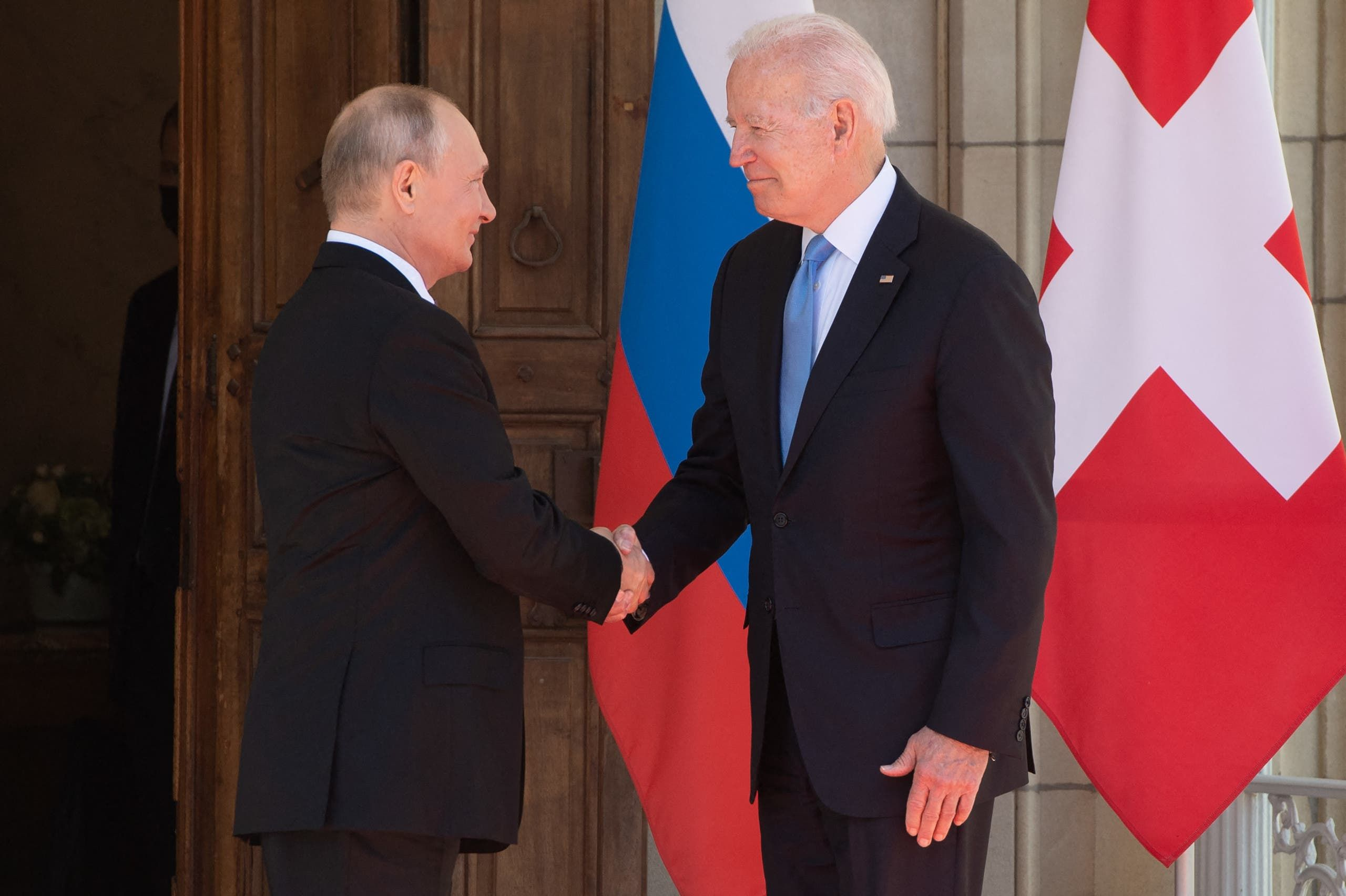 مصافحة بين بوتين وبايدن في أول لقاء بينهم في جنيف منذ انتخاب الرئيس الأميركي
