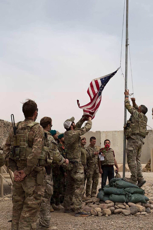 جنود أميركيون يسلمون قاعدة للجيش الأفغاني