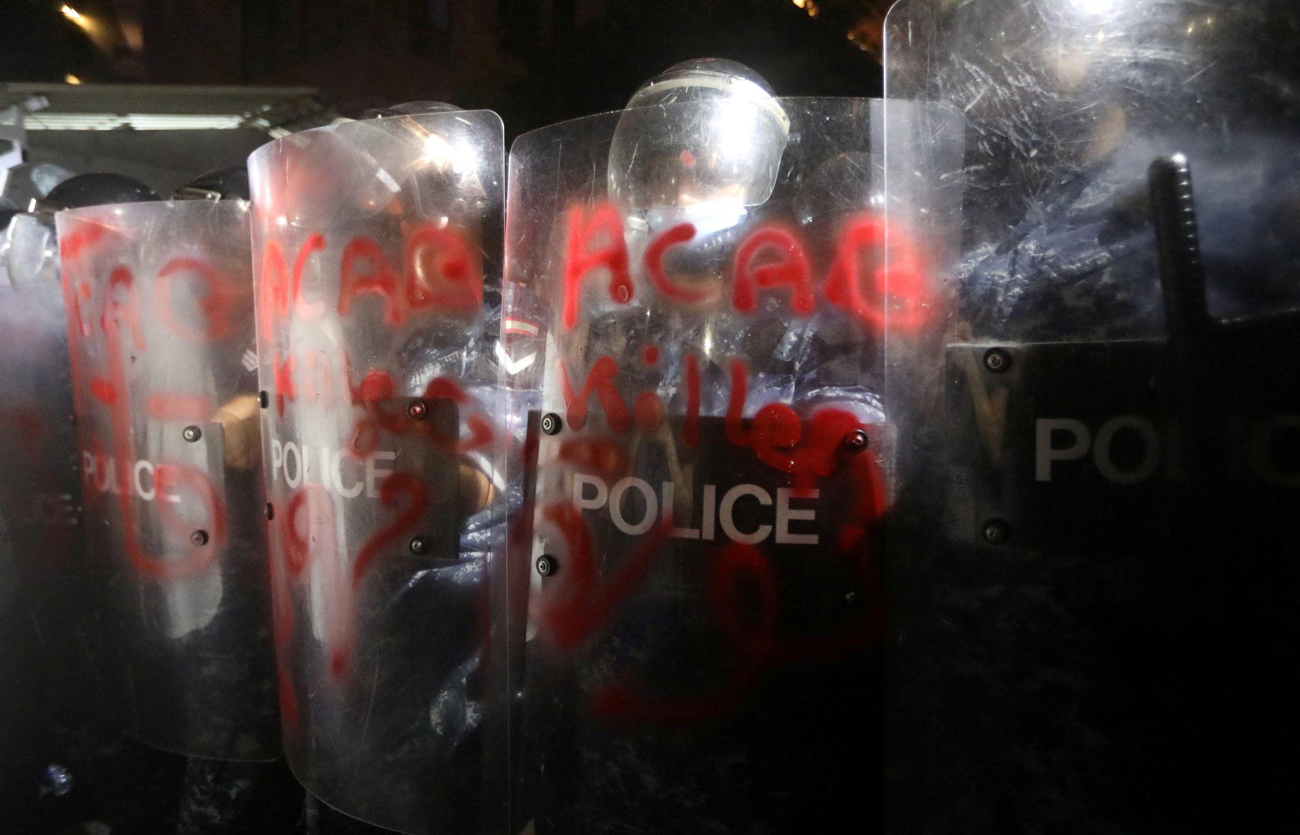 قوات الأمن أمام منزل الوزير (رويترز)