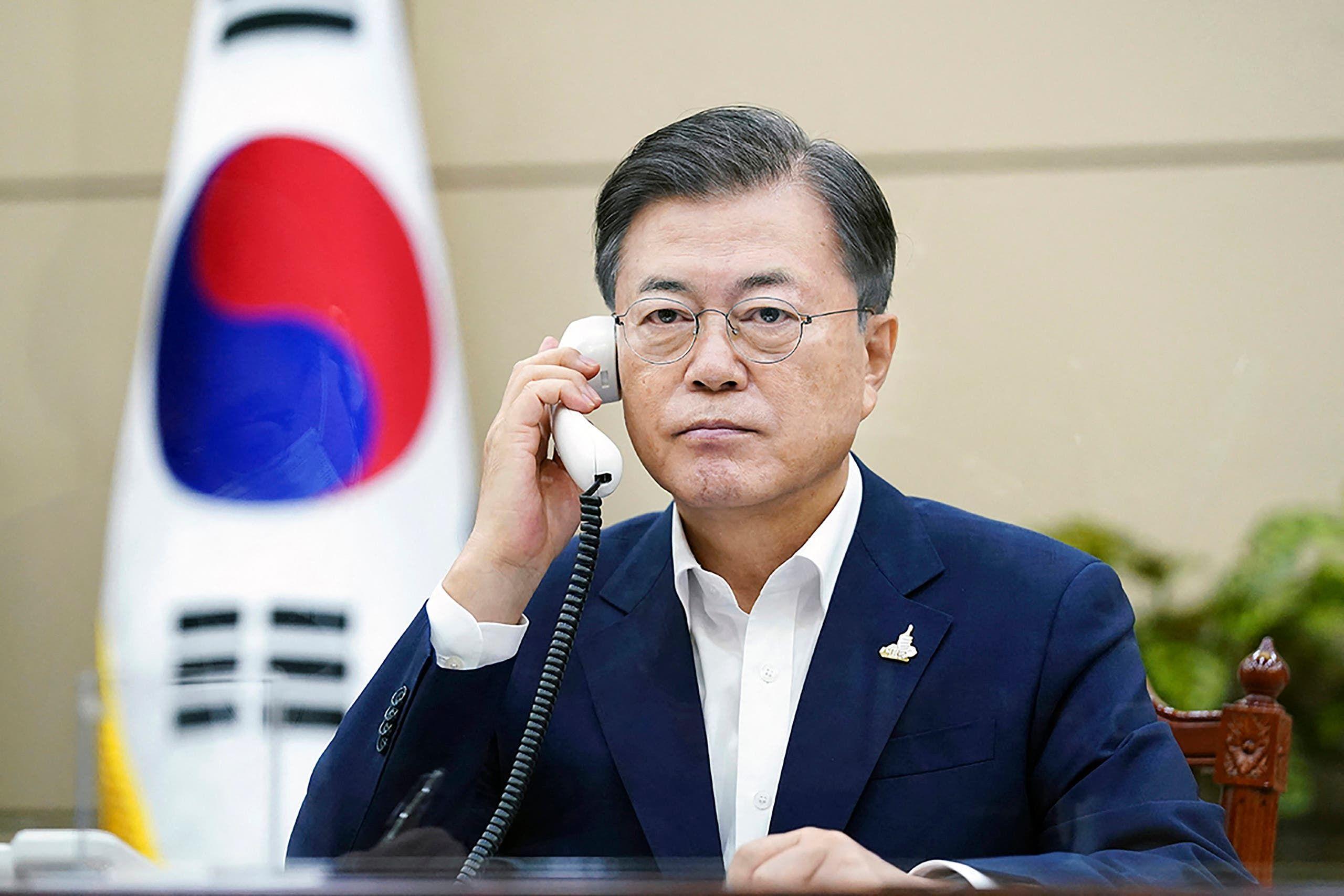 رئيس كوريا الجنوبية مون جاي-إن خلال اتصال مع رئيس الوزراء الياباني يوشيهيدي سوغا، في سبتمبر 2020