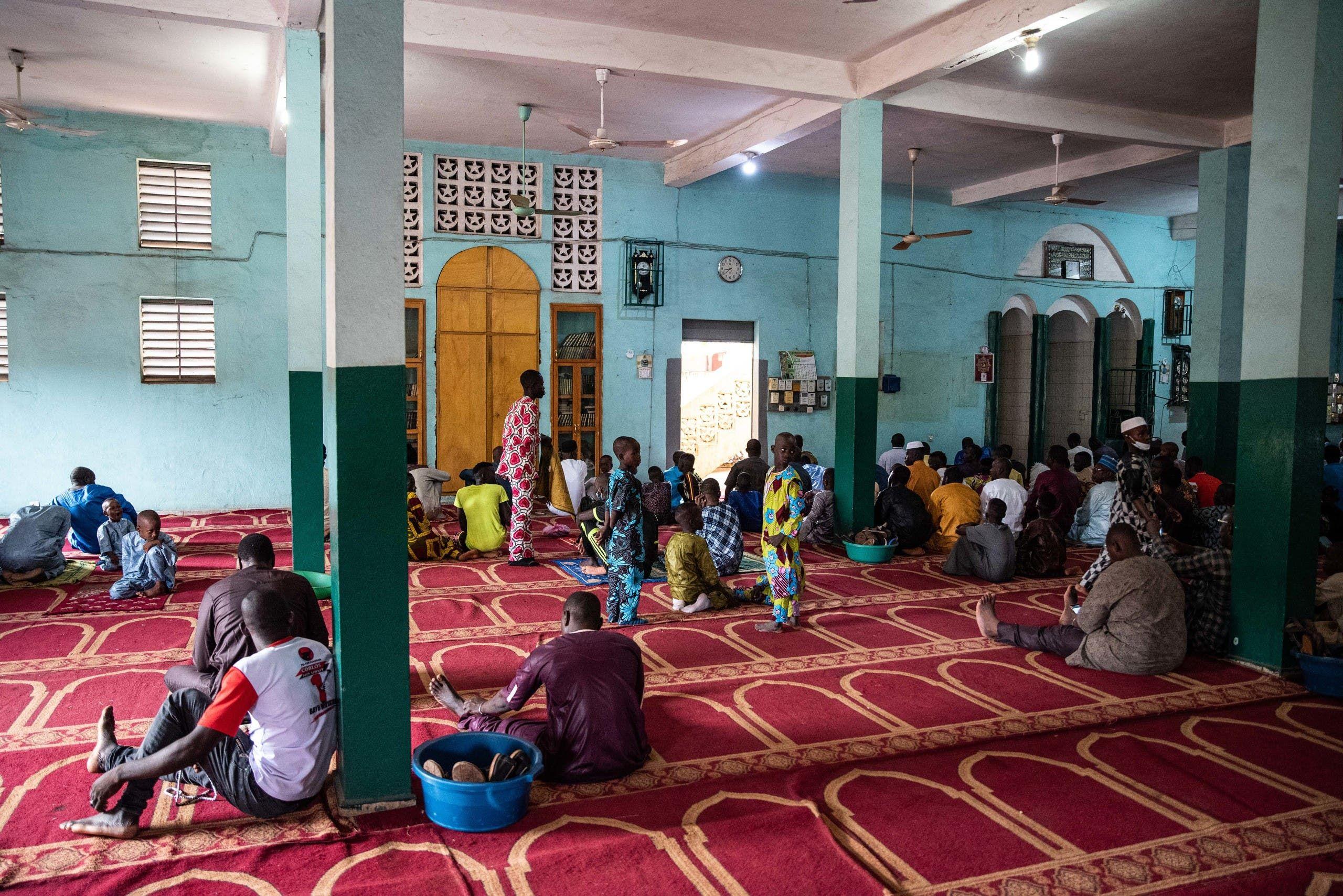 مصلون في الجامع الكبير في باماكو اليوم بمناسبة عيد الأضحى