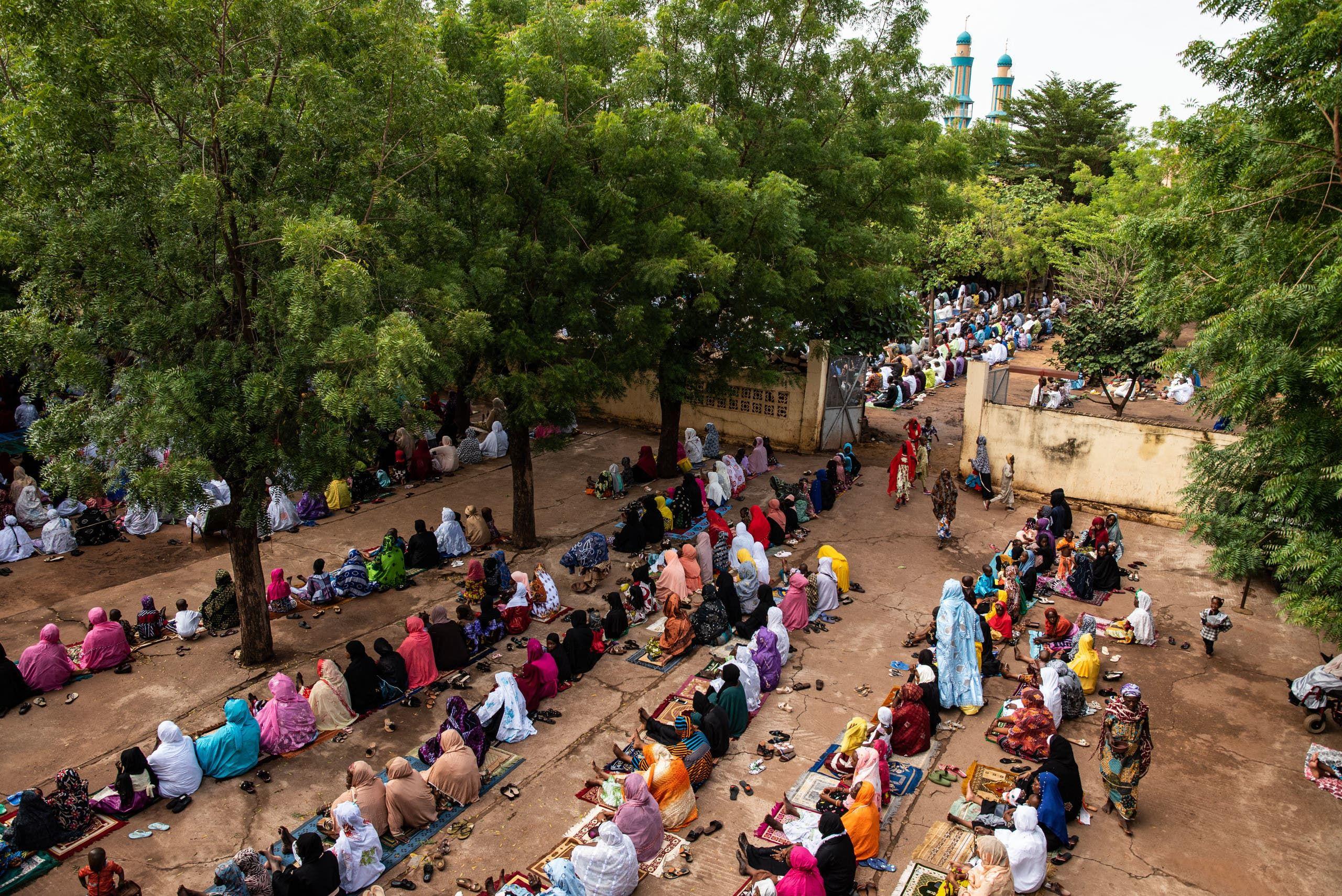 مصلون في باحة الجامع الكبير في باماكو اليوم بمناسبة عيد الأضحى