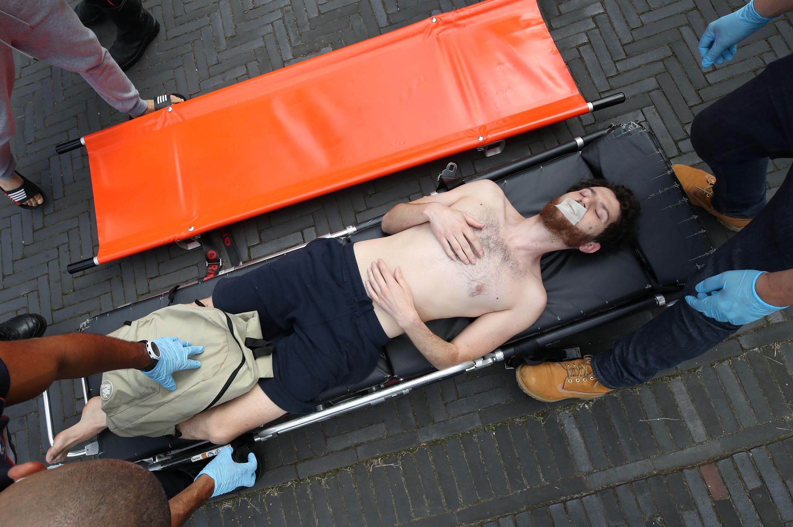 أحد المهاجرين المضربين عن الطعام يتلقى عناية طبية