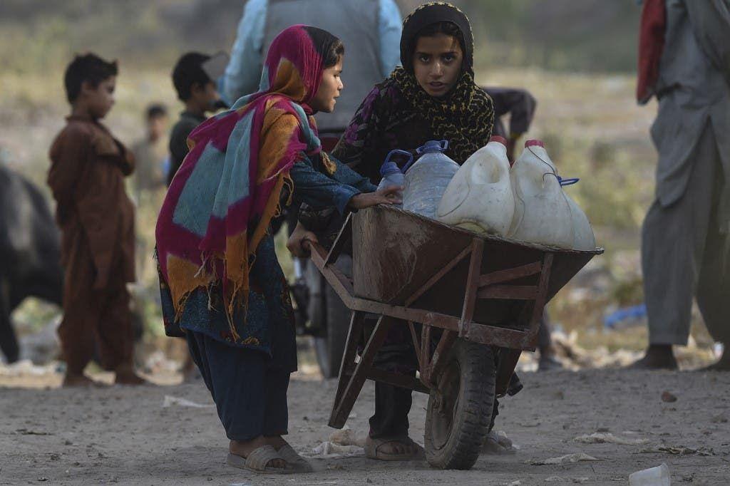 فتيات أفغانيات لاجئات على مشارف لاهور
