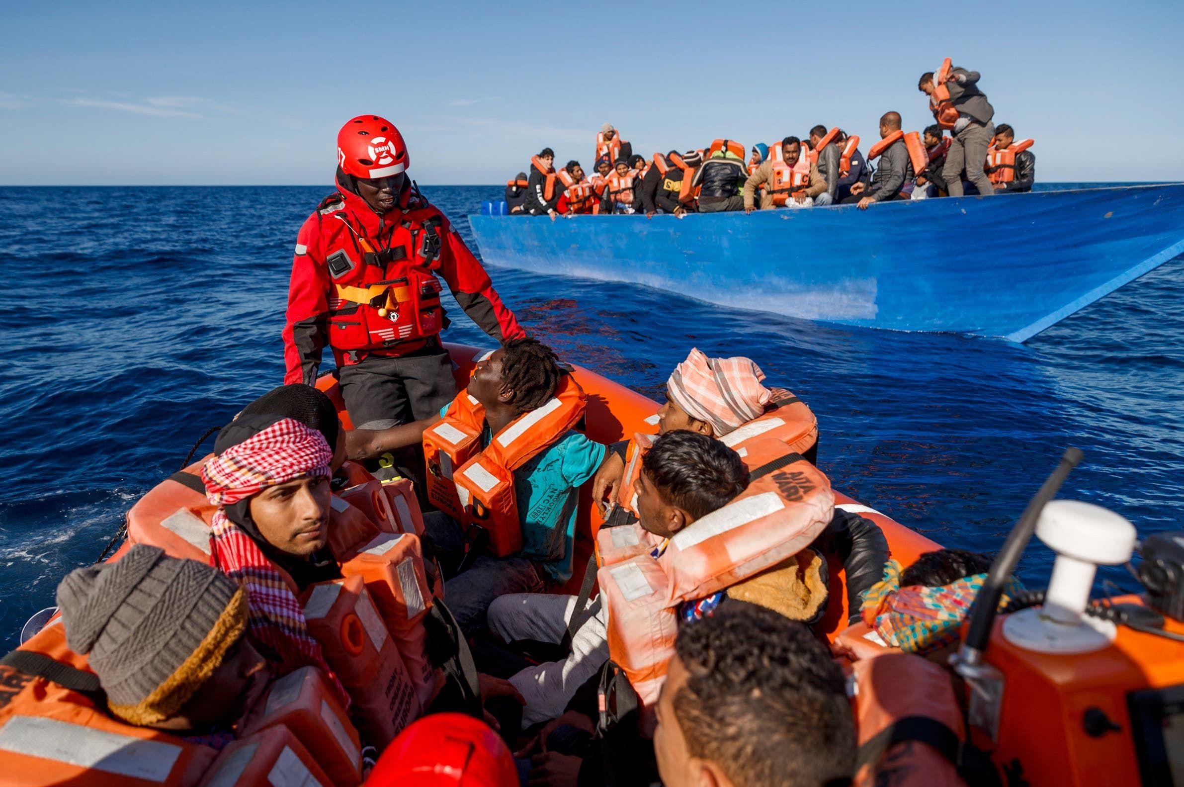 إنقاذ مهاجرين وسط البحر المتوسط بعد انطلاهم من ليبيا نجو الاتحاد الأوروبي (أرشيفية)
