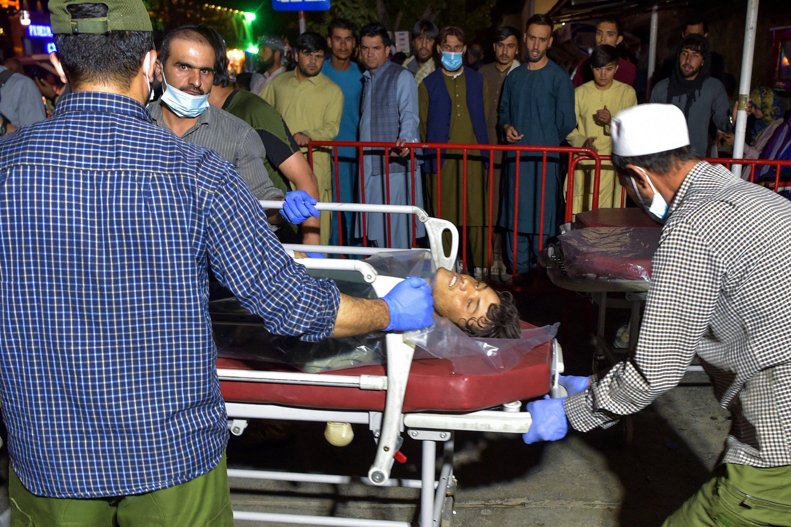 من إسعاف الجرحى في هجوم مطار كابل