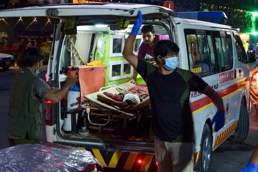 إسعاف المصابين بهجوم مطار كابل