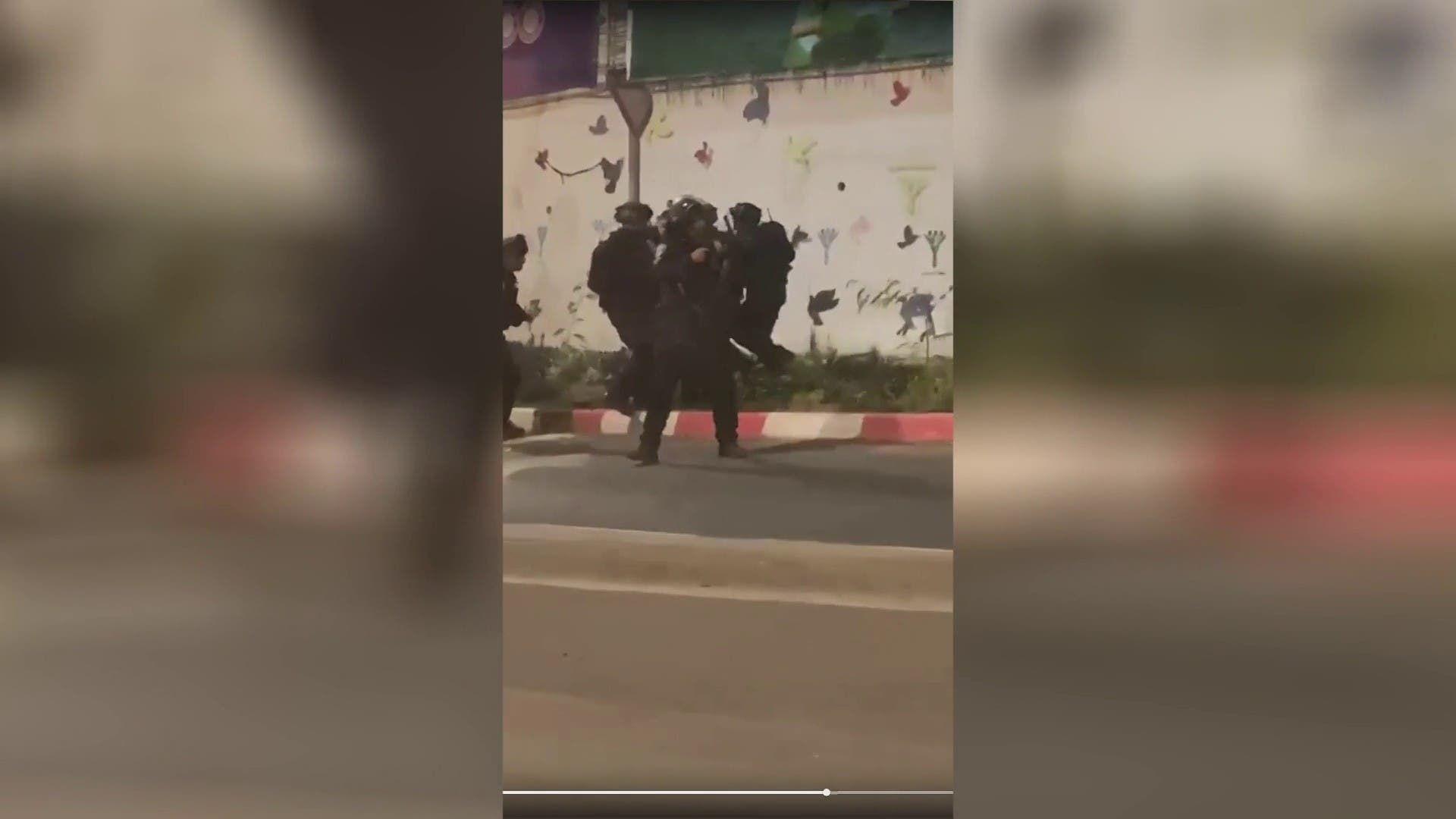 صور لحظة إلقاء القبض على اثنين من الأسرى من أصل ٦ هربوا من سجن جلبوع