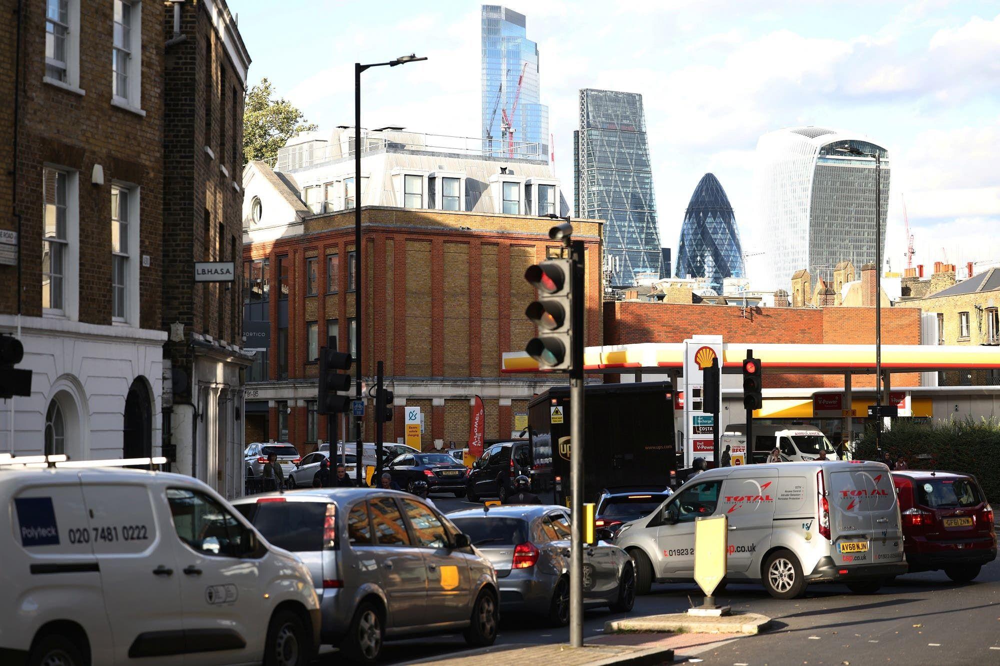 من محطة وقود في وسط لندن يوم 27 سبتمبر (رويترز)