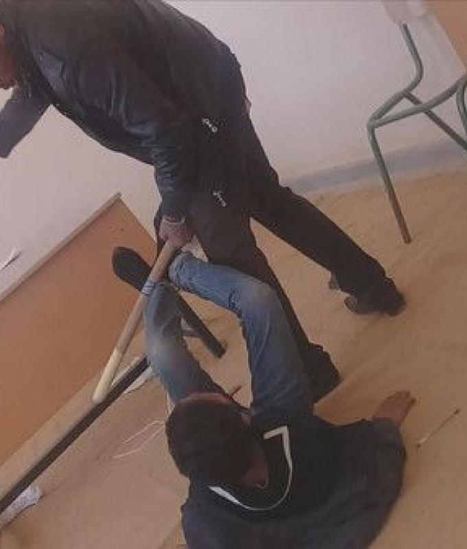 شاهد.. مدرّس ينهال على الطلاب بالضرب المبرح