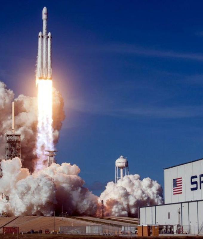 سبيس إكس تفوز بعقد عسكري لإطلاق قمر صناعي على متن صاروخ Falcon Heavy