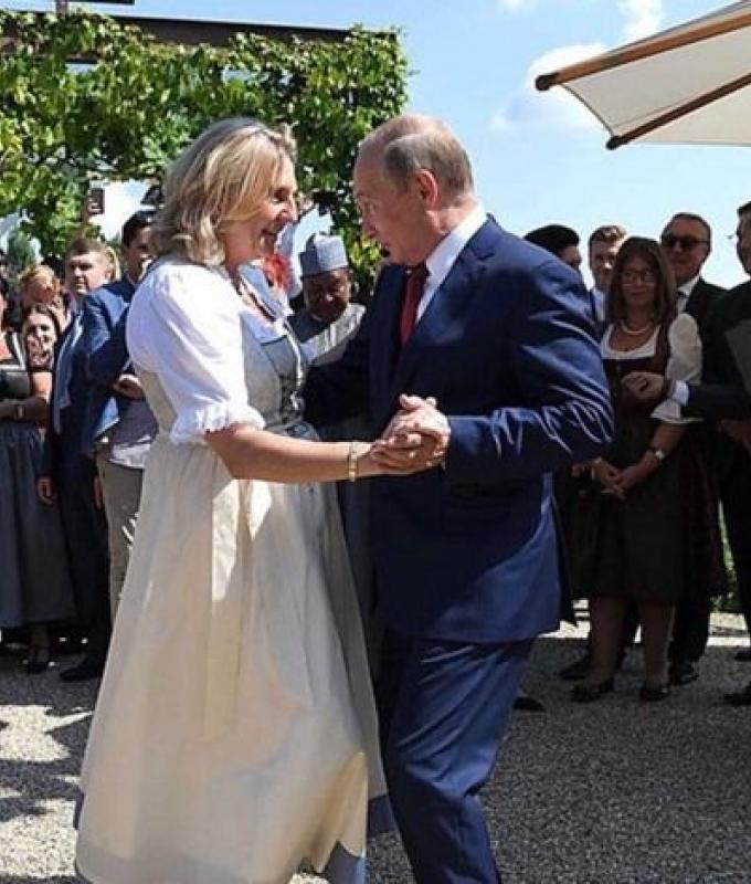 ماذا أهدى بوتين وزيرة خارجية النمسا في حفل زفافها؟