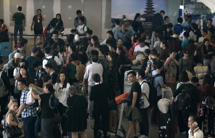 """إندونيسيا تفتح مطار بالي بعد إغلاقه بسبب بركان """"أغونغ"""""""