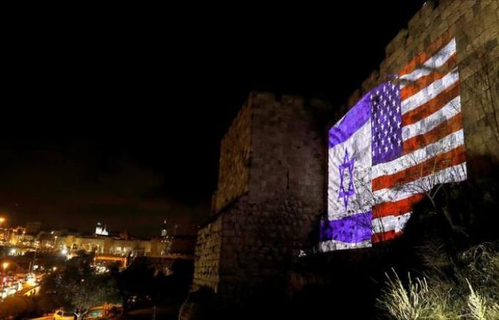 الاحتلال يضيء أسوار القدس بعلمي إسرائيل و أميركا