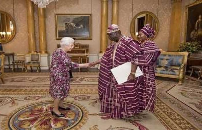 إليزابيث الثانية تختار زيا غريبا لاستقبال رسمي