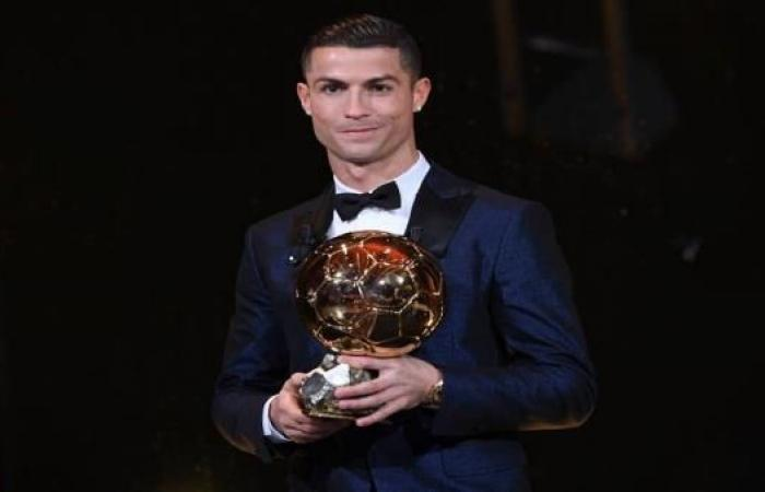رونالدو يتوّج بالكرة الذهبية لعام 2017 للمرة الخامسة