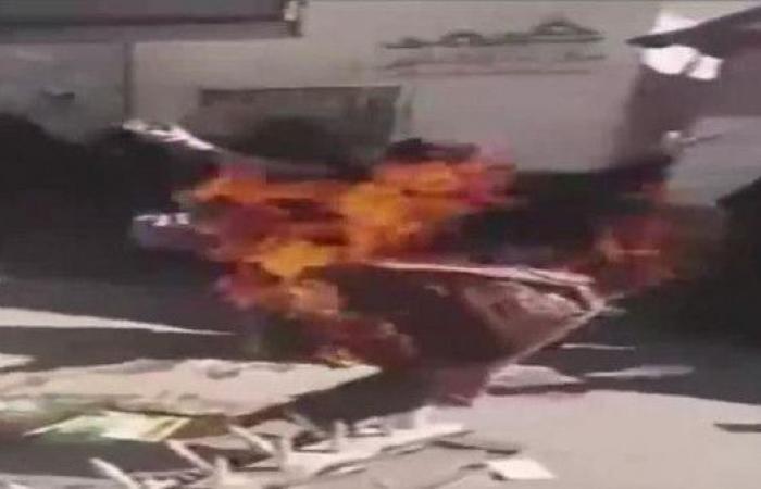 يمنيات يحرقن ملابسهن في مظاهرة للمطالبة بجثمان صالح