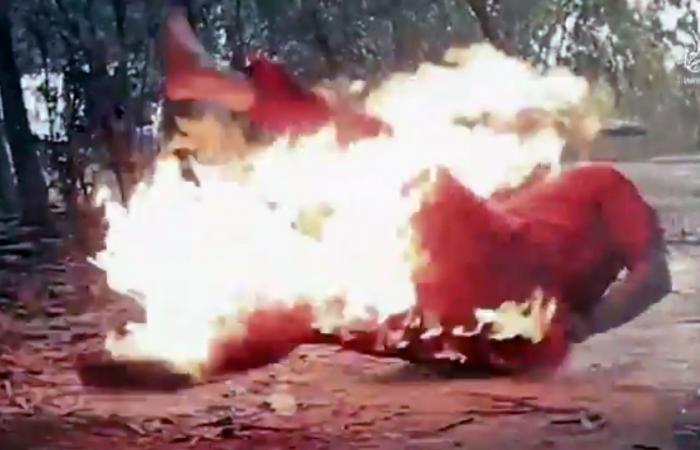 ضابط سوري يُحرَق حياً في فيديو والنظام لا يقرّ بموته