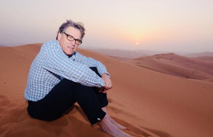 """شاهد وزير الطاقة الأميركي بالزي السعودي.. في """"رحلة بر"""""""