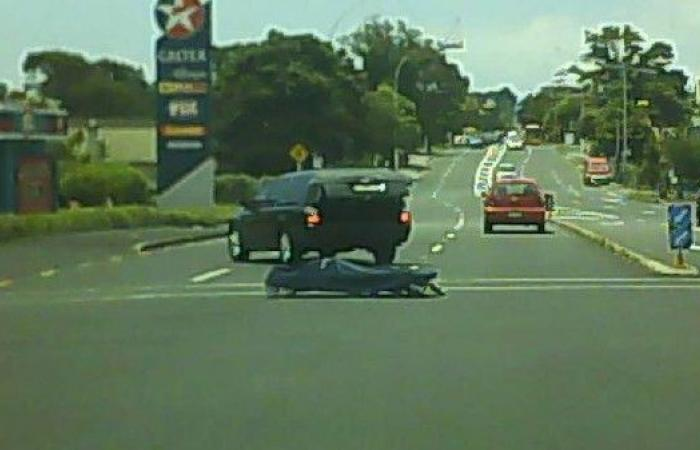 شاهد.. جثة تسقط من سيارة في مفترق طرق