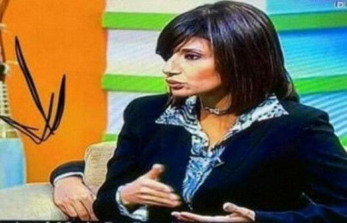 ماذا تفعل يد هذا الشخص خلف مذيعة مصرية على الهواء؟