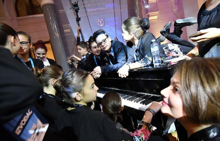 20 عازف بيانو على آلة واحدة.. في الطريق إلى غينس