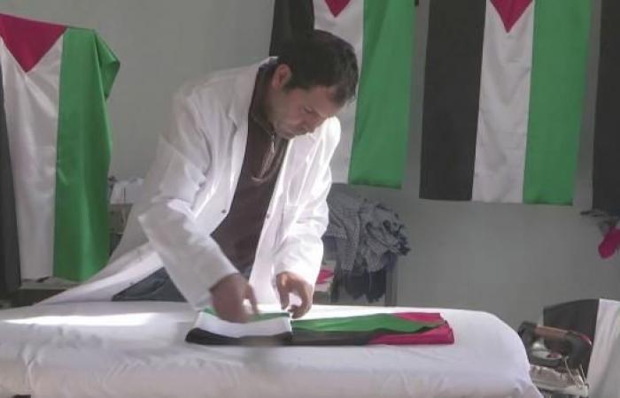 شاب تونسي يصنع أعلام فلسطين ويوزعها مجانا
