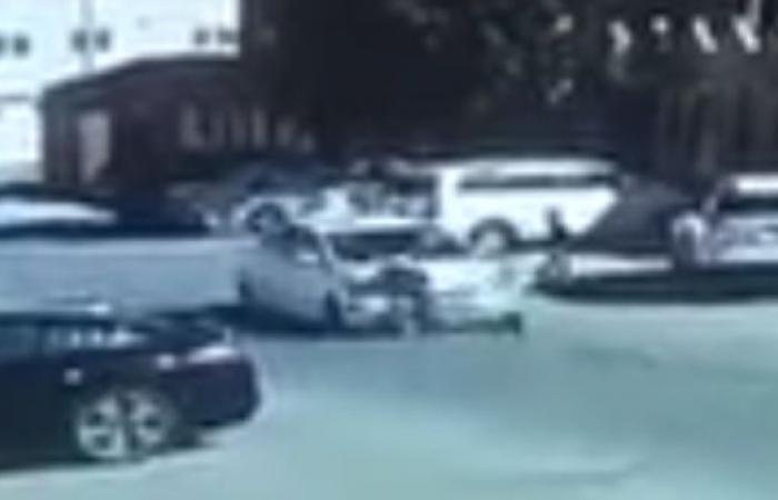 فيديو مرعب.. سائق سيارة يدهس طفلا ويهرب